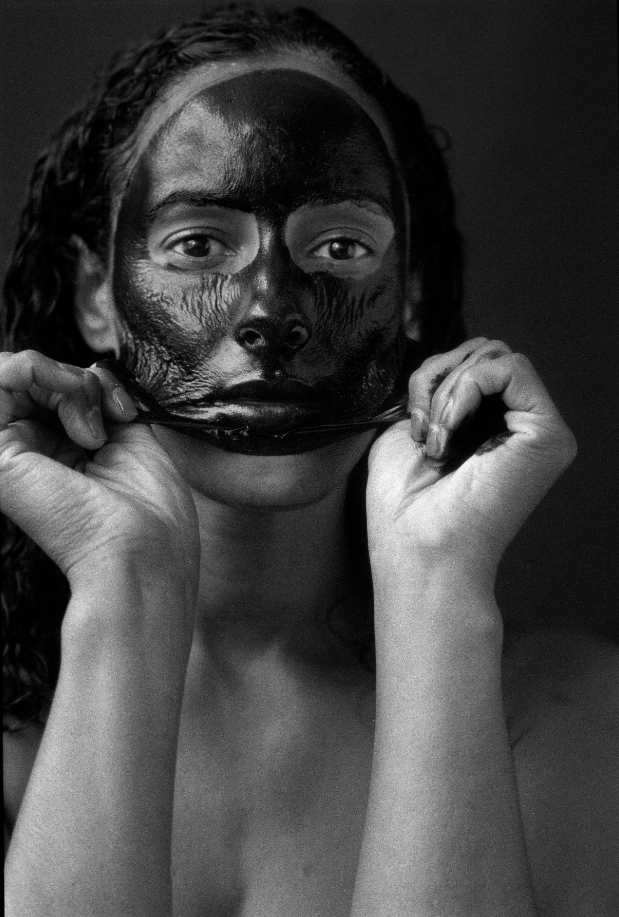 Mother – Black skin/Black Mask, Delphine Diallo, photographie noir et blanc